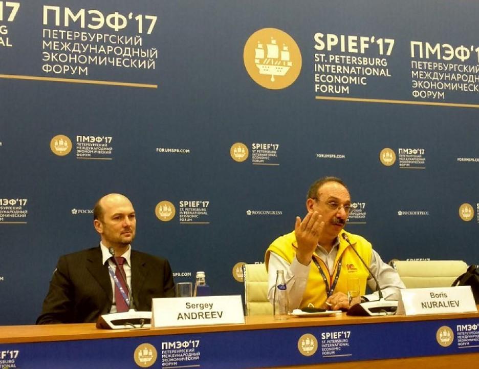 """На фото: глава 1C International Сергей Андреев (слева) и основатель и директор """"1С"""" Борис Нуралиев"""