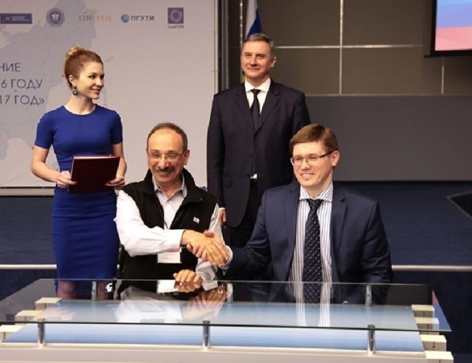 И.о. ректора МТУСИ Сергей Ерохин (справа) и директор фирмы «1С» Борис Нуралиев.