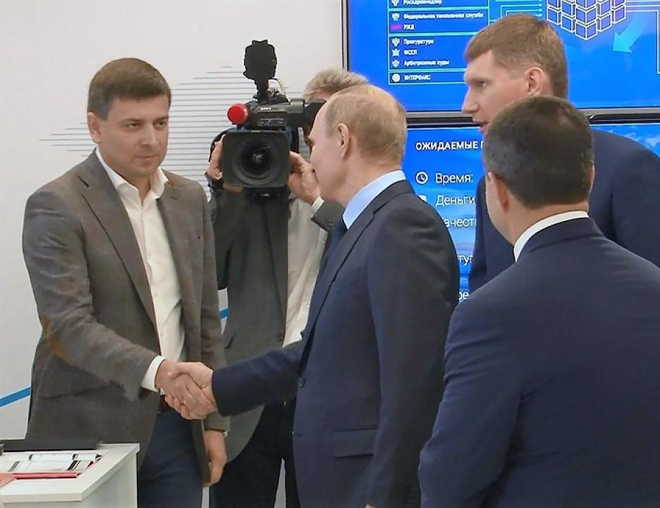 Президент РФ Владимир Путин и генеральный директор компании Parma TG Евгений Овчаров