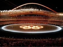 """Впервые в истории российского телевидения компания """"НТВ-Плюс"""" осуществила беспрецедентный показ всех соревнований Олимпиады-2004 в Афинах. Трансляции велись одновременно на трех спортивных каналах """"НТВ-Плюс"""" 48 часов в сутки. Для этого """"НТВ-Плюс"""" отправил в Афины 50 сотрудников - практически весь личный состав своих спортивных каналов. Среди комментаторов """"НТВ-Плюс"""" в Афинах-2004 были такие звезды, как Анна Дмитриева, Денис Панкратов, Иоланда Чен, Василий Уткин, Юрий Розанов и многие другие"""