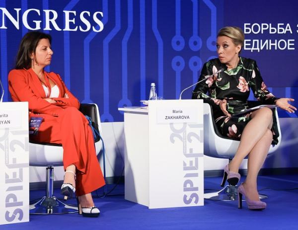 Маргарита Симоньян и Мария Захарова на ПМЭФ-2021 (фото: Росконгресс)